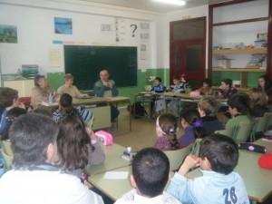 los alumnos de ternero de primaria escuchan la explicaciones de los abuelos.